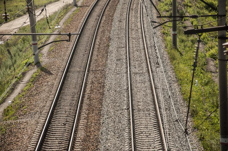 vista superior railway com a planta de pedra e verde ao lado da estrada de ferro, fundo abstrato foto de stock royalty free