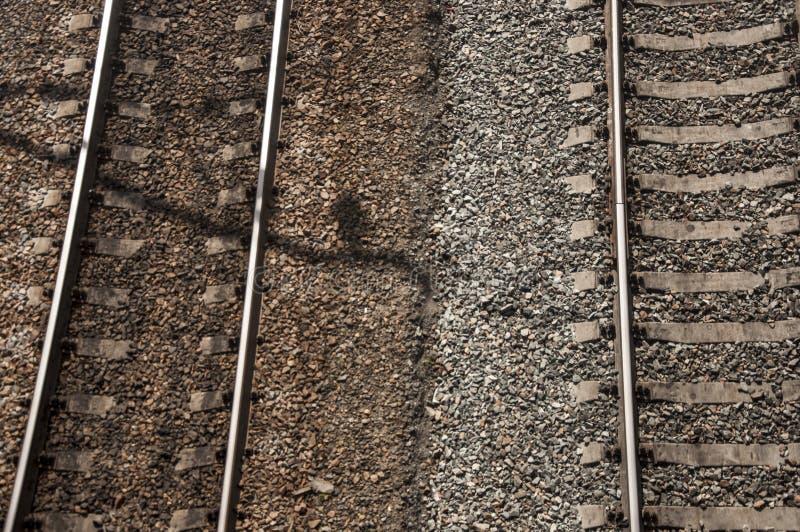 vista superior railway com a planta de pedra e verde ao lado da estrada de ferro, fundo abstrato fotos de stock royalty free