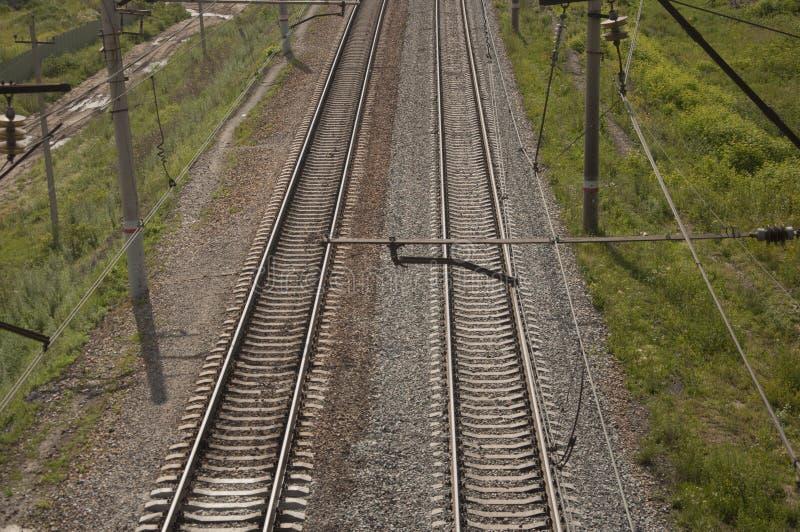vista superior railway com a planta de pedra e verde ao lado da estrada de ferro, fundo abstrato imagens de stock