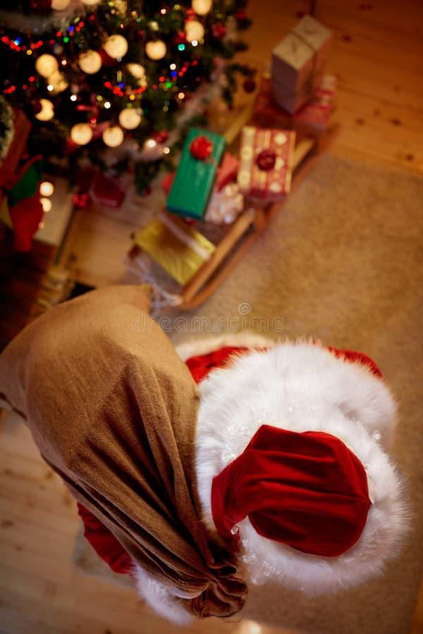 A vista superior Santa Claus no xmas entrega presentes para crianças fotos de stock royalty free