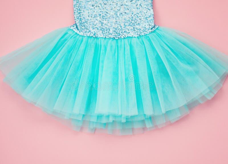 Vista superior sobre o vestido do tutu do bailado da menina sobre o backgroun cor-de-rosa foto de stock royalty free
