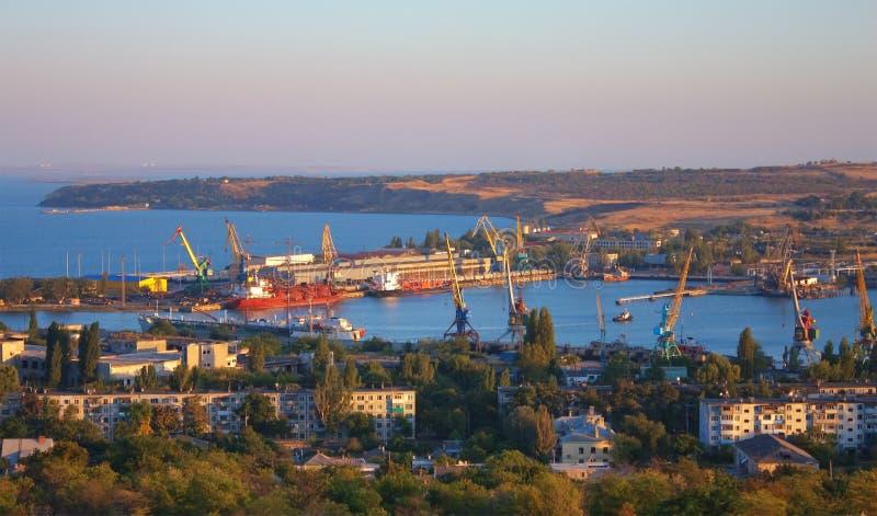 Vista superior sobre a porta industrial de Kerch, Ucrânia imagem de stock