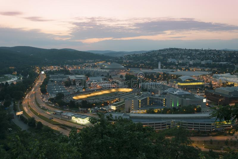 Vista superior surpreendente na cidade de Brno, república checa na noite do verão Área em torno do centro de exposição, estrada,  foto de stock royalty free