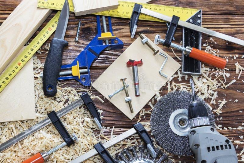 Vista superior um grupo de ferramentas diferentes na árvore joinery foto de stock