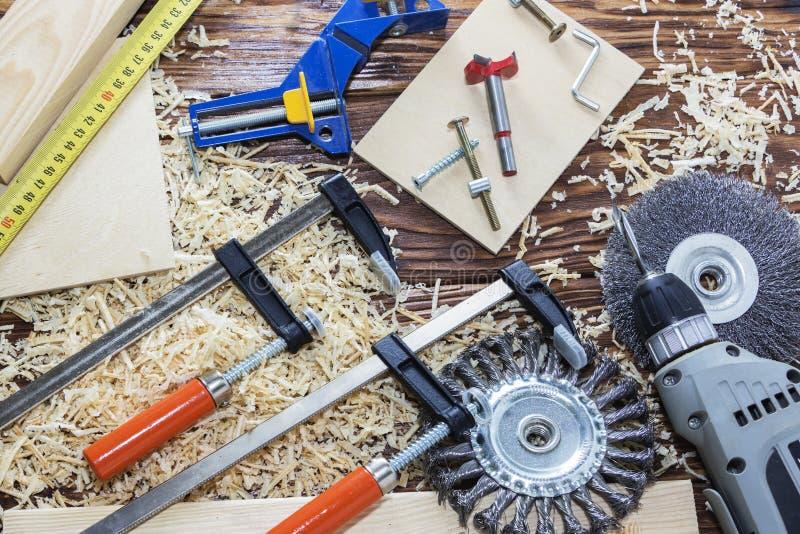 Vista superior um grupo de ferramentas diferentes na árvore joinery imagem de stock royalty free