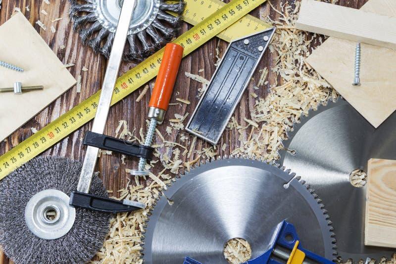 Vista superior um grupo de ferramentas diferentes na árvore joinery imagem de stock