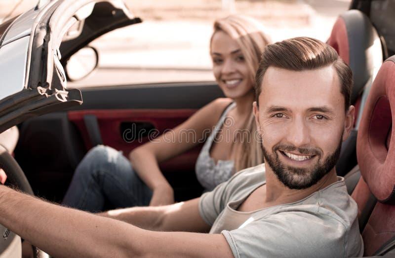 Vista superior um homem novo que viaja em um carro convertível fotos de stock