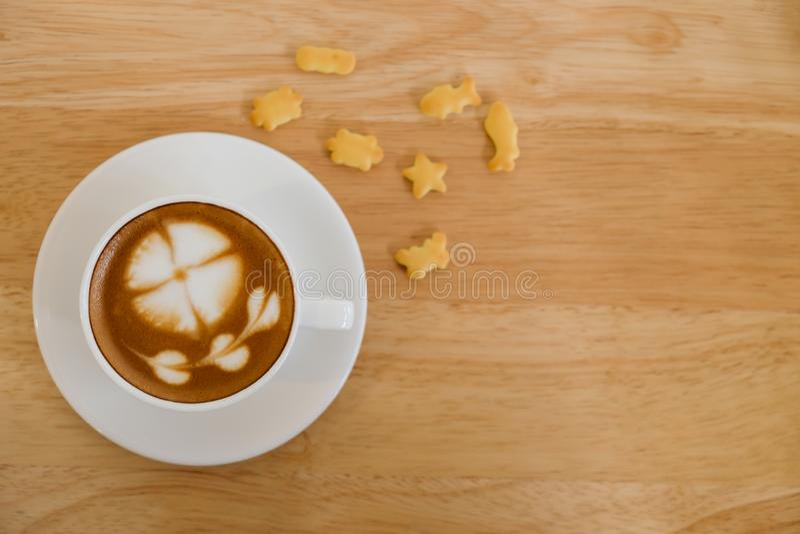 Vista superior, xícara de café na tabela de madeira imagem de stock royalty free
