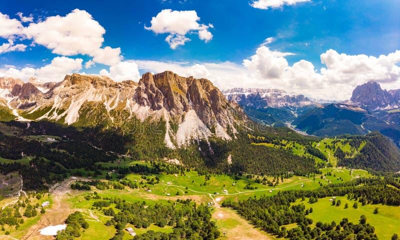 Vista superiore aerea dal fuco al plateau di Raiser del passo nel giorno di estate soleggiato Paesaggio della montagna irregolare immagine stock