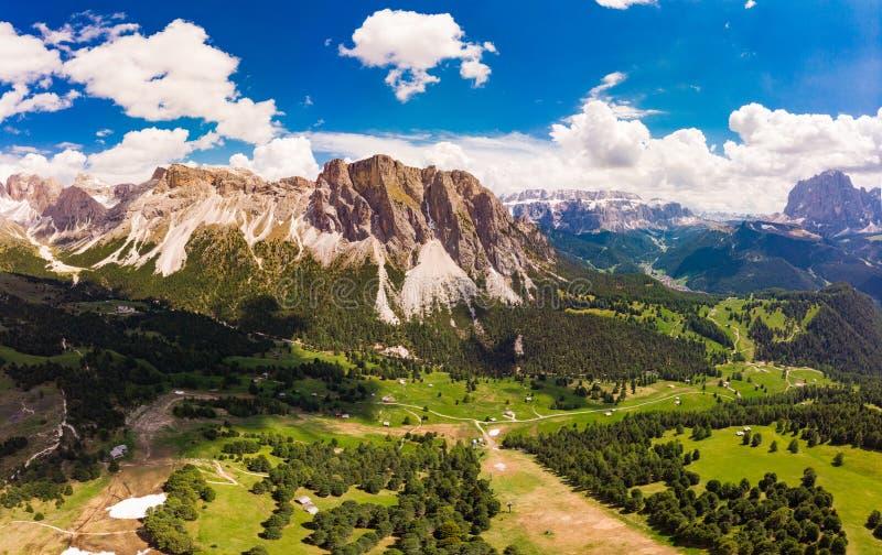 Vista superiore aerea dal fuco al plateau di Raiser del passo nel giorno di estate soleggiato Paesaggio della montagna irregolare fotografia stock