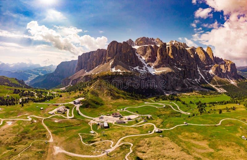 Vista superiore aerea dal fuco a paesaggio ed ai prati alpini meravigliosi al passaggio Gardena con il gruppo maestoso della mont fotografia stock libera da diritti