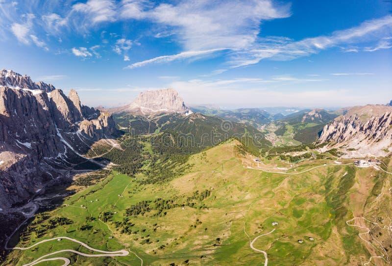 Vista superiore aerea dal fuco a paesaggio ed ai prati alpini meravigliosi al passaggio Gardena con il gruppo maestoso della mont immagini stock