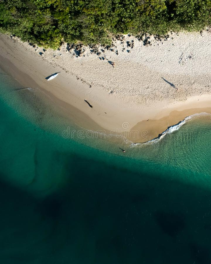 Vista superiore aerea della spiaggia con la sabbia bianca, i bei ombrelli ed acqua tropicale del turchese caldo fotografia stock libera da diritti