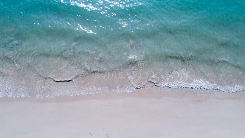 Vista superiore aerea della spiaggia sabbiosa e del mare vuoti fotografia stock