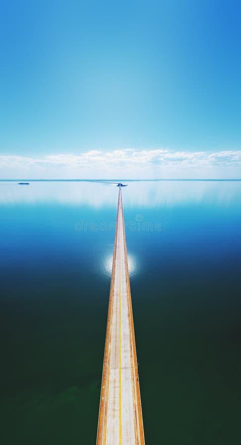 Vista superiore aerea di un ponte stradale lungo sopra un fiume immagini stock