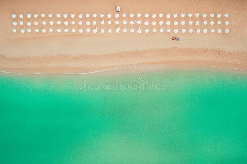 Vista superiore aerea sulla spiaggia Ombrelli, sabbia ed onde del mare immagine stock