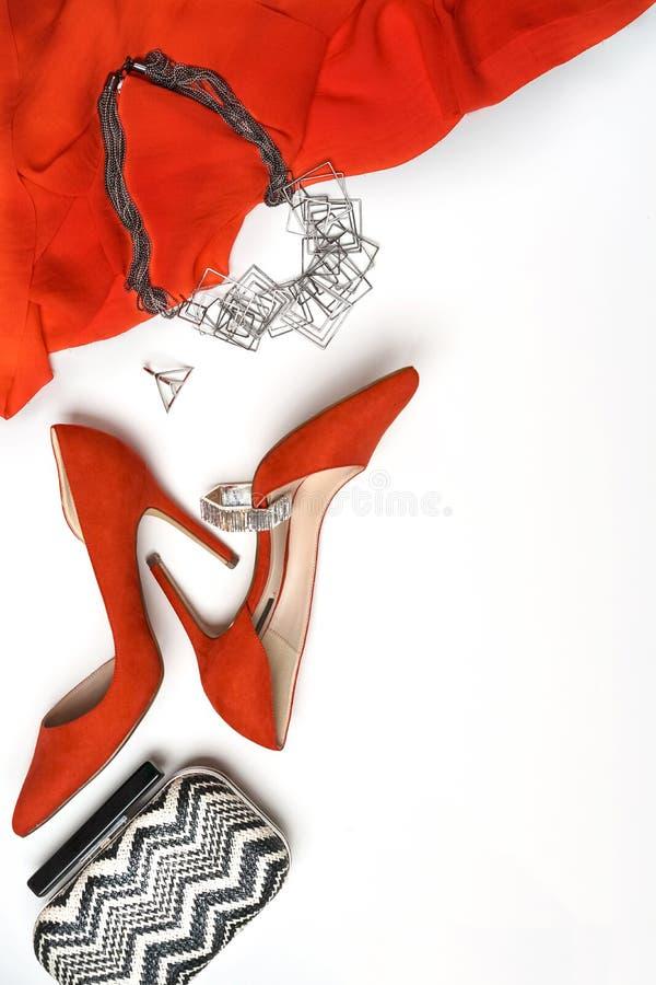 Vista superiore al braccialetto ed al contenitore alla moda di collana del partito di sera dall'attrezzatura di vestito delle sca fotografie stock