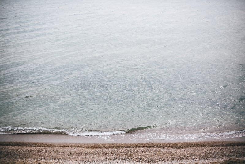Vista superiore alla belle schiuma e spiaggia di sabbia delle onde del mare sull'isola tropicale Onde blu nella baia dell'oceano  fotografia stock
