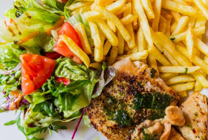 Vista superiore alla bistecca arrostita del pollo seved con le verdure e le patatine fritte immagini stock libere da diritti