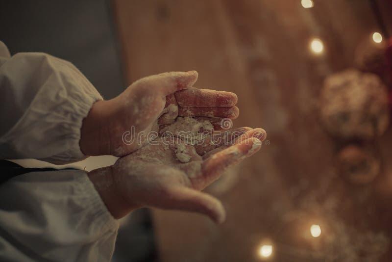 Vista superiore alle mani del bambino macchiate da farina fotografia stock