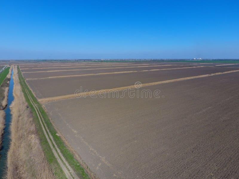 vista superiore arata del campo delle risaie arate fotografia stock