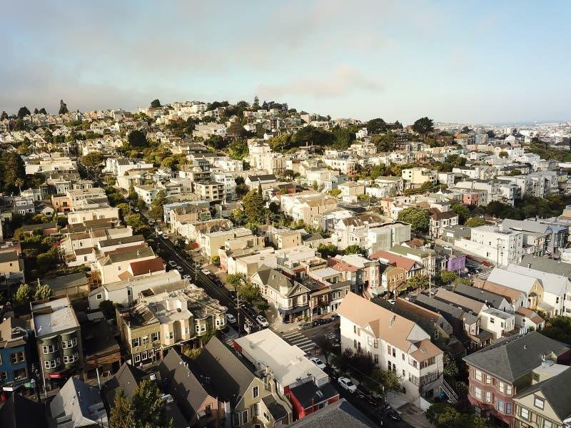 Vista superiore Castro District al di sotto di estate nebbiosa a San Francisco, Ca fotografie stock
