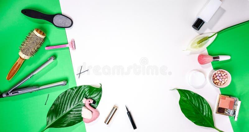 Vista superiore da balzare estate San Valentino foglia femminile dei cosmetici degli accessori della disposizione dell'attrezzatu fotografia stock libera da diritti