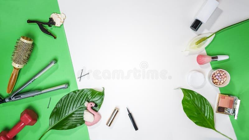 Vista superiore da balzare estate San Valentino foglia femminile dei cosmetici degli accessori della disposizione dell'attrezzatu fotografie stock libere da diritti