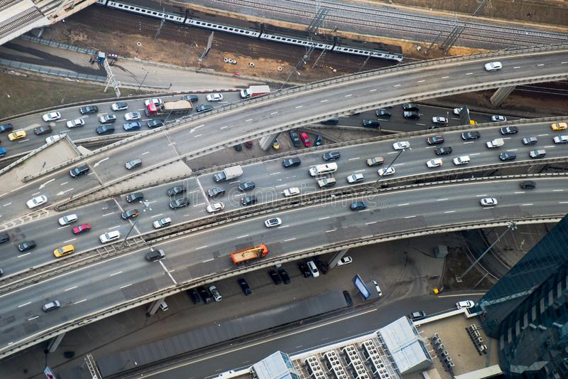 Vista superiore da parte della rete stradale della città Multi giunzione livellata di traffico immagini stock libere da diritti