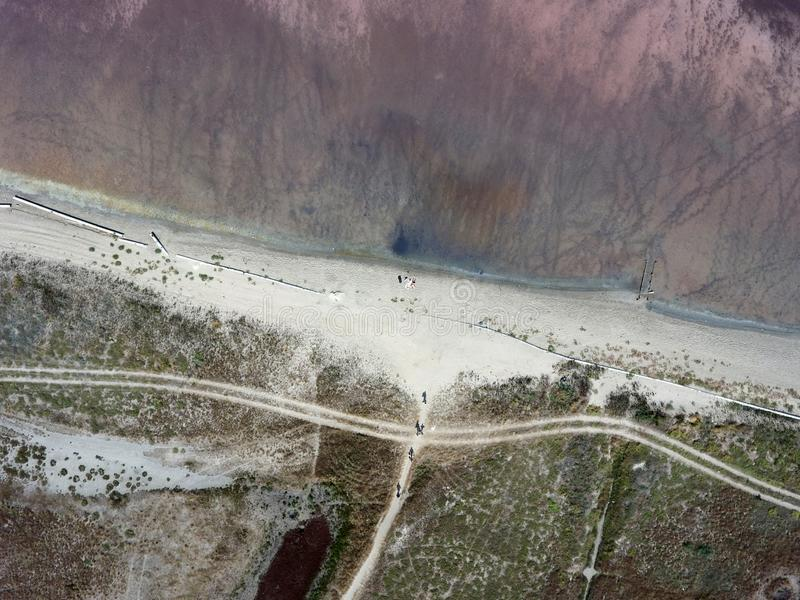 Vista superiore da un volo del fuco sopra il lago rosa Sasiq in Crimea fotografia stock