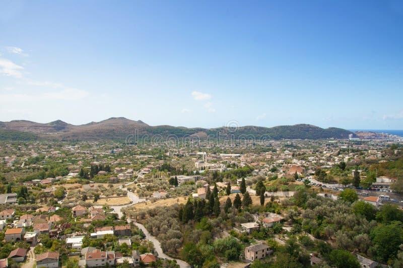 Vista superiore dalla fortezza antica su vecchio Antivari nel Montenegro Paesaggio con le montagne ed il cielo immagine stock