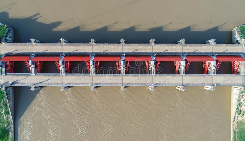 Vista superiore dalla macchina fotografica del fuco: Canale di scarico di idro diga elettrica Ambiente della diga fotografia stock libera da diritti