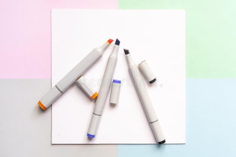 Vista superiore degli indicatori della pittura di colore sul concetto creativo della disposizione di arte dell'ufficio con i colo fotografia stock