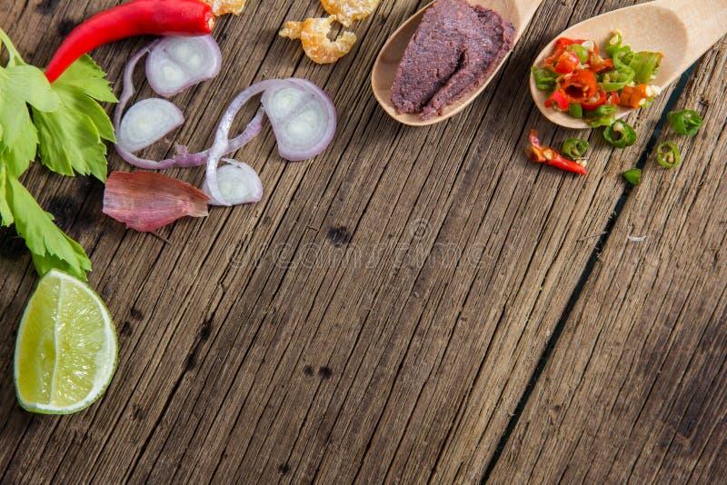 Vista superiore degli ingredienti piccanti tailandesi della pasta del gamberetto su backgr di legno fotografia stock libera da diritti