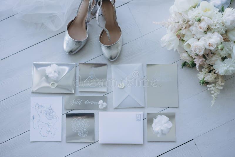 vista superiore degli inviti di nozze con le scarpe ed il mazzo nuziali fotografia stock