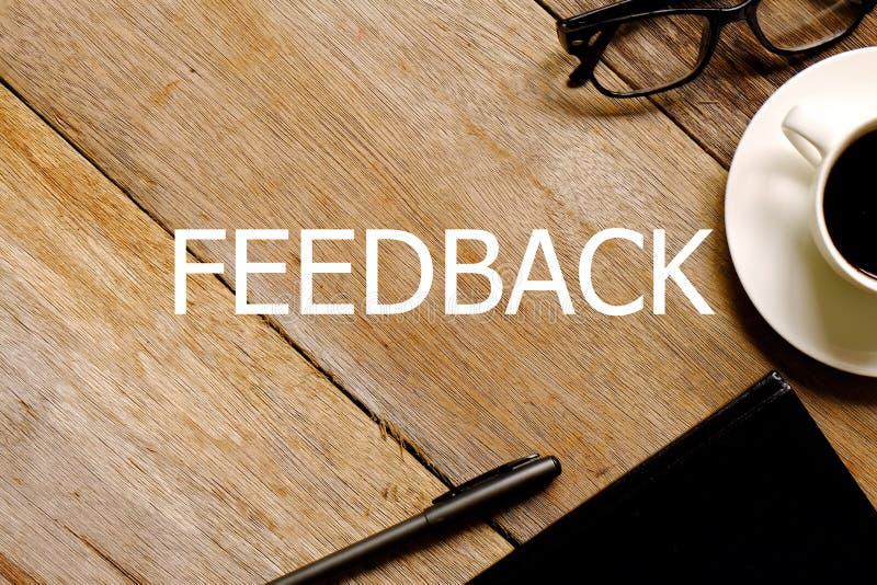 Vista superiore degli occhiali, del taccuino e della penna di una tazza di caffè su fondo di legno bianco scritto con RISPOSTE fotografie stock libere da diritti