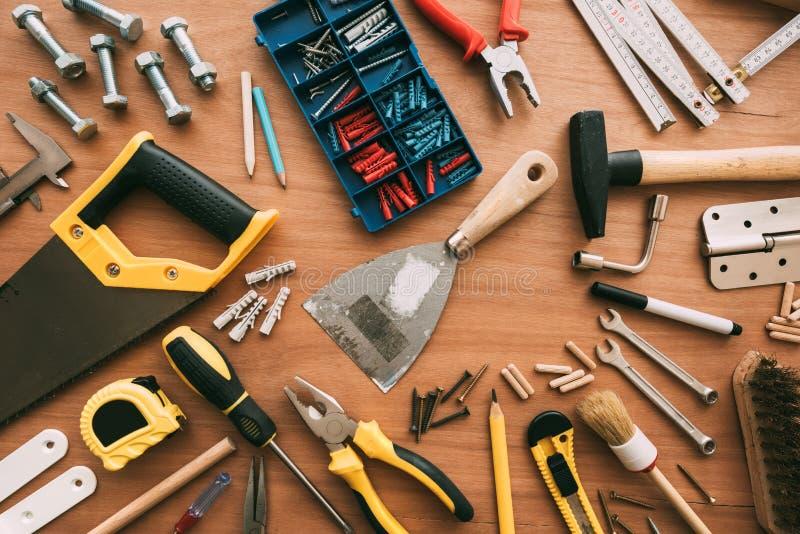 Vista superiore degli strumenti del riparatore sullo scrittorio dell'officina fotografia stock libera da diritti