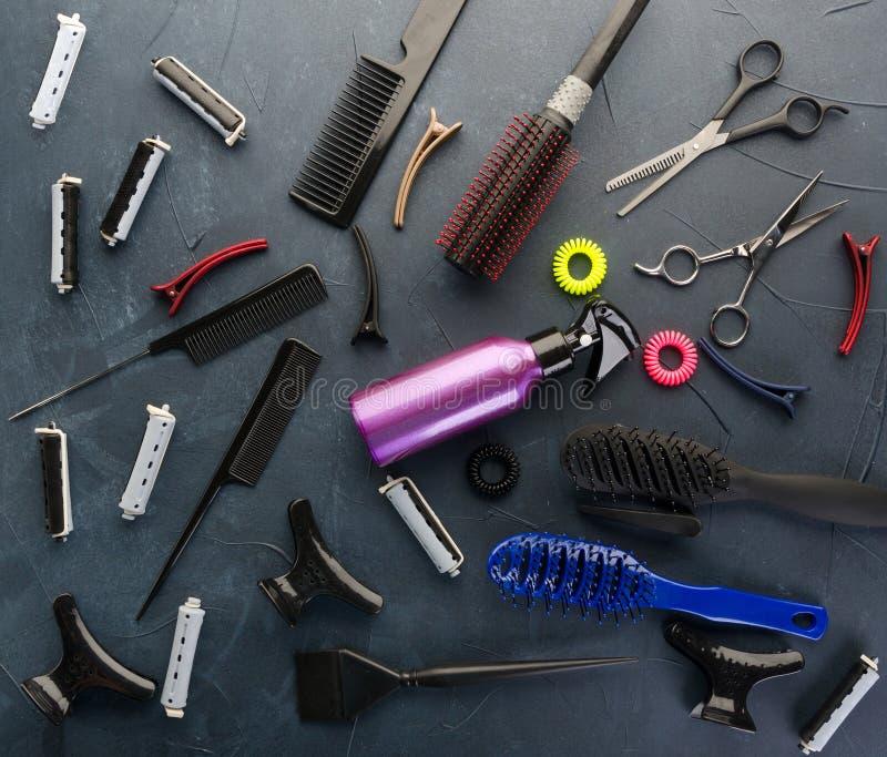 Vista superiore degli strumenti professionali dell'apprettatrice dei capelli su fondo nero fotografia stock libera da diritti
