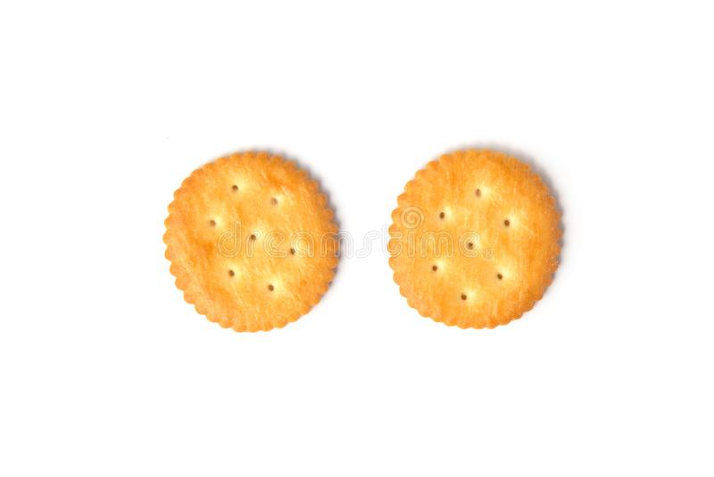 Vista superiore dei biscotti salati rotondi del cracker isolati su fondo bianco immagine stock