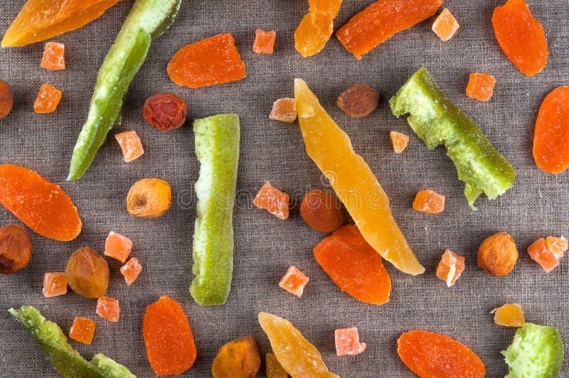 Vista superiore dei frutti variopinti secchi sani e fotografia stock