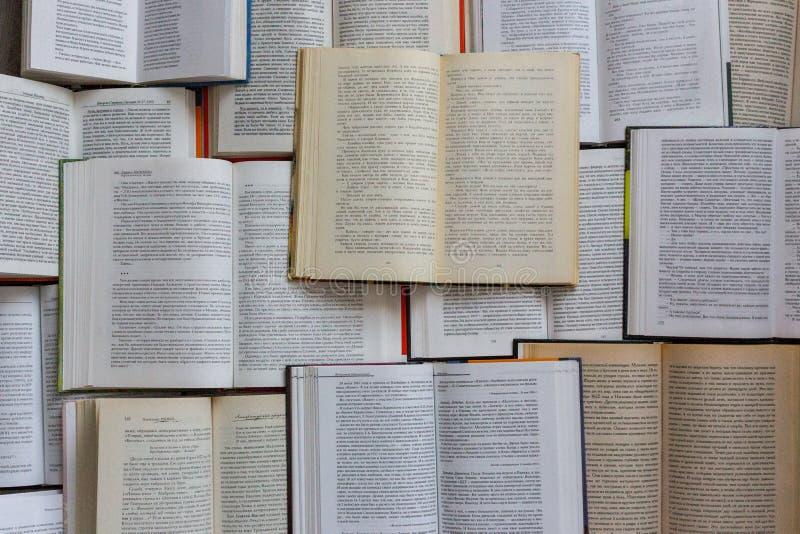 Vista superiore dei libri aperti Concetto della letteratura e delle biblioteche Fondo di conoscenza e di istruzione immagine stock libera da diritti