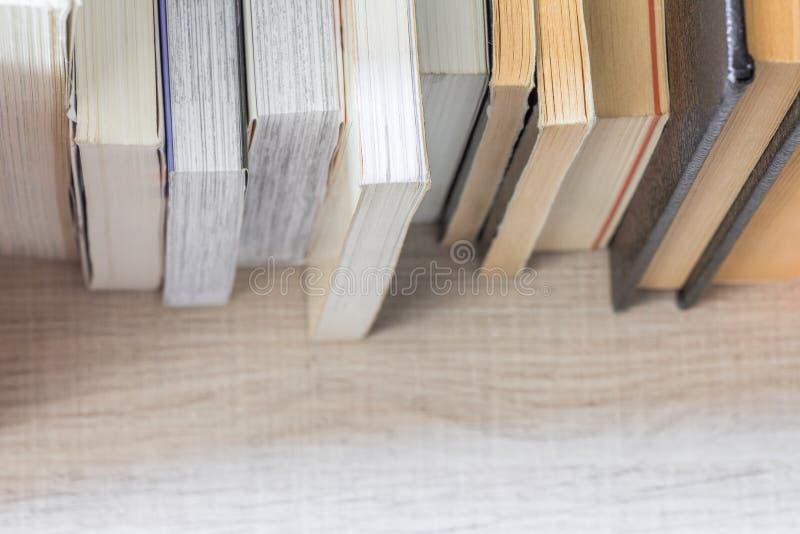 Vista superiore dei libri verticali Concetto di conoscenza fotografia stock