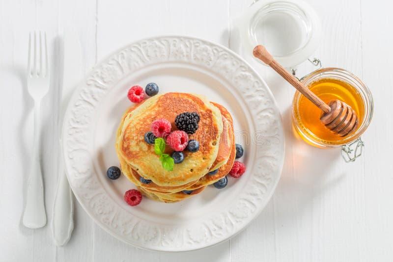 Vista superiore dei pancake americani con le bacche fotografie stock libere da diritti