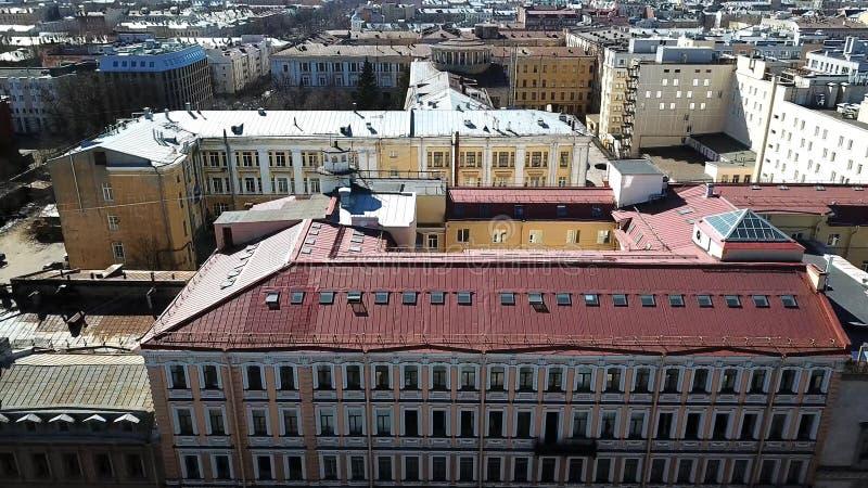 Vista superiore dei tetti di vecchie case di città Paesaggio urbano con i tetti di vecchi case, vicoli e distretti con le strade  fotografia stock libera da diritti