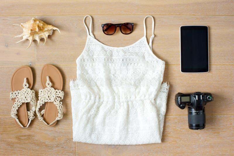 Vista superiore dei vestiti e degli accessori del ` s della donna immagine stock
