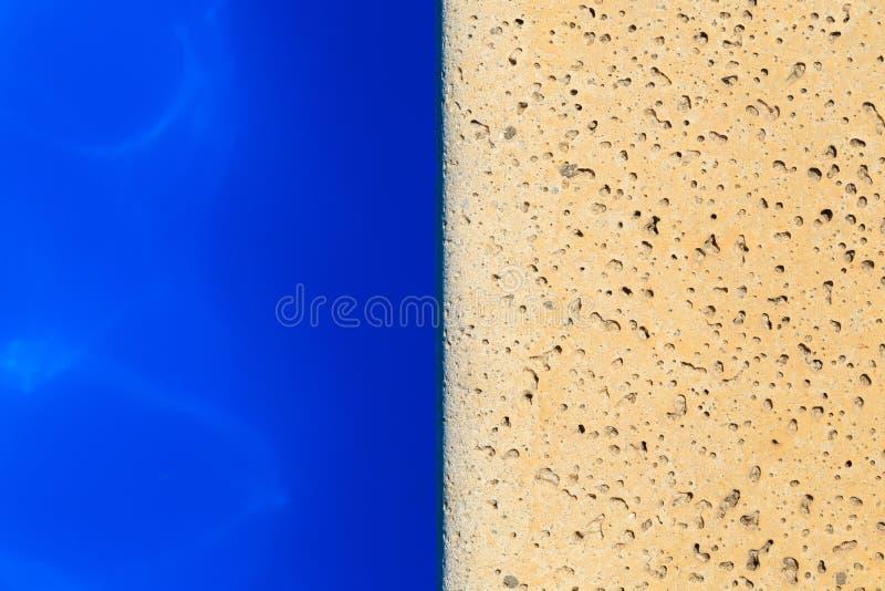 Vista superiore del bordo della piscina fotografia stock