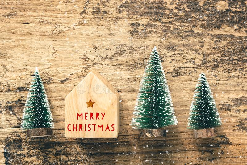 Vista superiore del Buon Natale rosso della scrittura sul giocattolo domestico con il min immagini stock libere da diritti