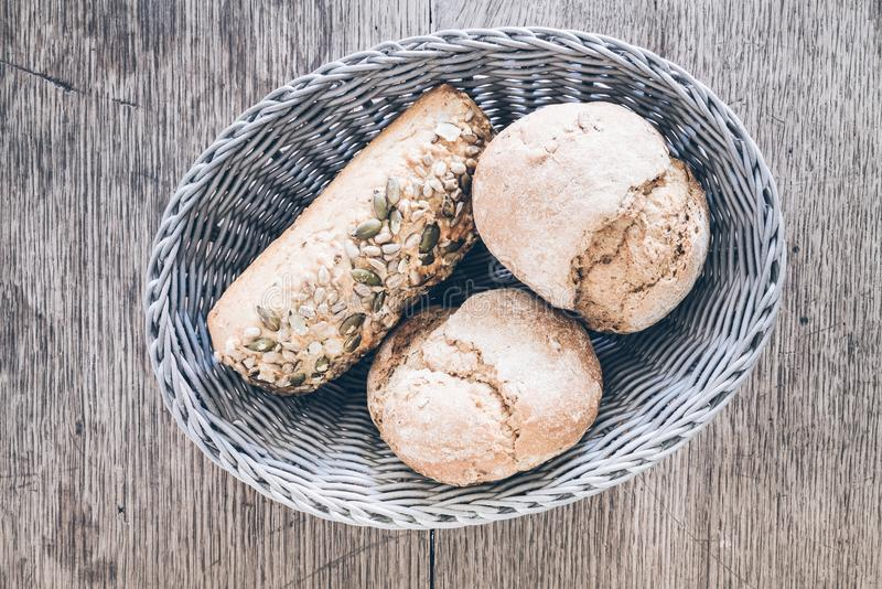 Vista superiore del canestro con i panini tedeschi di stile sulla tavola di legno rustica immagine stock libera da diritti