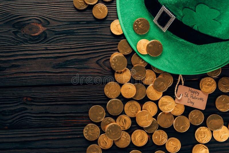 vista superiore del cappello verde e delle monete dorate, concetto di giorno dei patricks della st fotografia stock libera da diritti