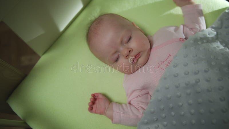 Vista superiore del colpo del carrello del neonato di sonno fotografia stock